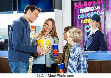 gelukkige familie, hebben, hapjes, op, bioscoop, concessie stalletje