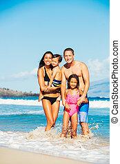 gelukkige familie, hebbend plezier, aan het strand