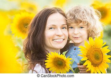gelukkige familie, in, zonnebloem veld