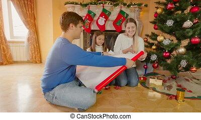 gelukkige familie, met, meisje, omhulsel, de giften van...