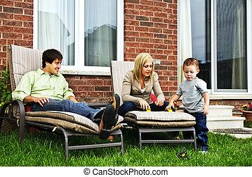 gelukkige familie, ontspannend thuis