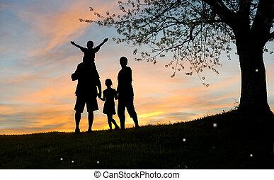 gelukkige familie, vader, moeder, zoon, en, dochter, in, natuur, sunsett