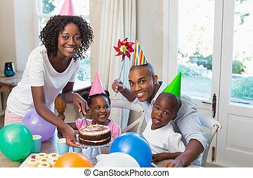 gelukkige familie, vieren, een, jarig, samen, bij lijst