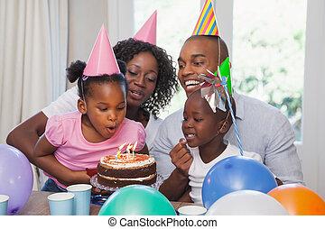gelukkige familie, vieren, een, jarig