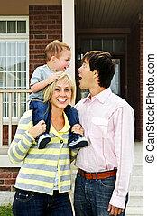 gelukkige familie, voor, thuis