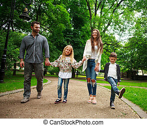 gelukkige familie, wandelende, holdingshanden, in, groene, stad park