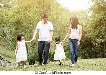 gelukkige familie, wandelende, op, buitenshuis