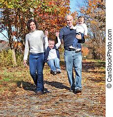 gelukkige familie, wandelende