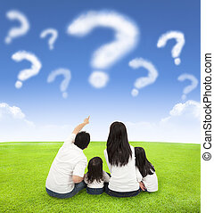 gelukkige familie, zittende , op, een, weide, met, vraag, van, wolken