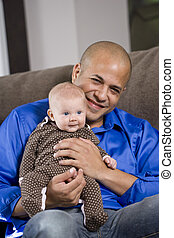 gelukkige papa, met, baby zitten, op, schoot