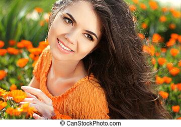 gelukkige vrouw, beauty, vrijheid, concept., outdoor., kosteloos, akker, flowers., brunette, bloemen, nature., verticaal, meisje, goudsbloem, op, het genieten van