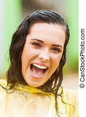 gelukkige vrouw, gezicht, closeup, in de regen