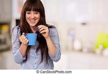 gelukkige vrouw, het hebben van koffie