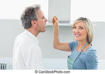 gelukkige vrouw, het voeden, man, keuken