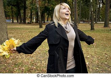 gelukkige vrouw, in, herfst, park