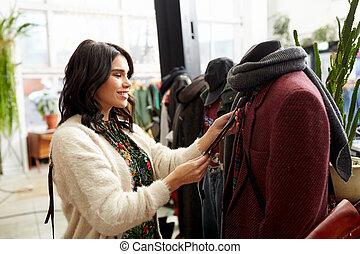 gelukkige vrouw, kies, kleren, op, de opslag van de kleding