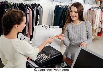 gelukkige vrouw, klant, lonend, met, kredietkaart, in, mode,...