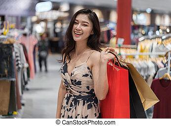 gelukkige vrouw, met, het winkelen zakken, in, klerenopslag