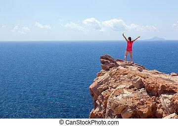 gelukkige vrouw, op, de, rots, met, handen, boven., winnaar, succes, travel.