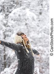 gelukkige vrouw, op, het vallen, sneeuw, met, openen armen