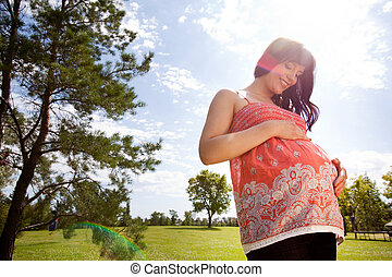 gelukkige vrouw, park, zwangere