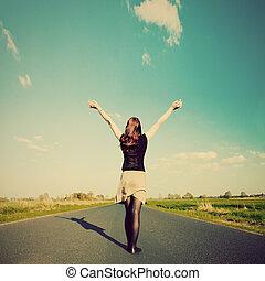 gelukkige vrouw, staand, op, lege, road., retro, ouderwetse , stijl
