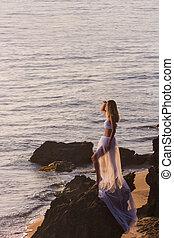 gelukkige vrouw, vrijheid, het genieten van, gevoel, strand, sunset.