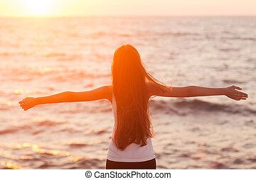 gelukkige vrouw, vrijheid, kosteloos, het genieten van, gevoel, strand, sunset.