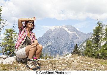 gelukkige vrouw, wandelaar, het rusten