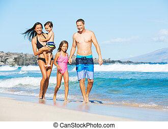 gemengde race, strand, gezin, vrolijke