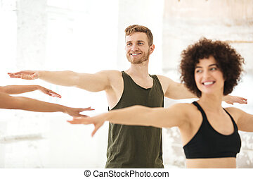 gemischt gruppiert, von, fitness, leute, machen, übungen