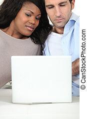gemischten rennen, paar, mit, laptop