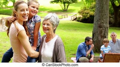 generaties, van, vrouwen, het glimlachen, aan fototoestel