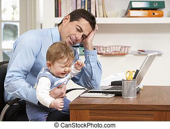 genervt, mann, mit, baby, arbeiten heim, laptop benutzend