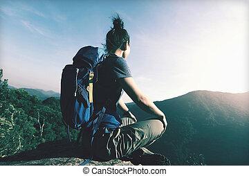 genießen, frau, sitzen, junger, cliff's, wanderer, rand, ansicht