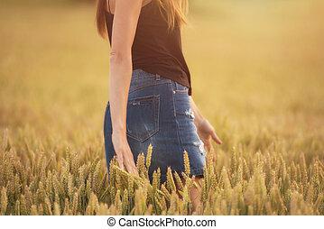 genieten, akker, vrouw, tarwe, ondergaande zon