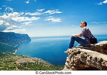 genieten, berg, toerist, bovenzijde, zee, zit, aanzicht