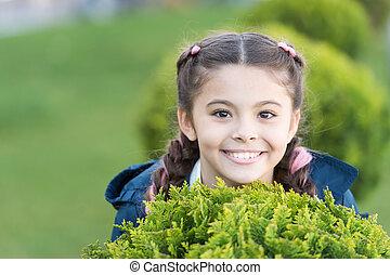 genieten, schattig, hairstyle, happy., het glimlachen, zoeken, outdoors., wat, verbergen, vlechten, achtergrond., geitje, vrolijke , relaxen, spel, kind, het verbergen, meisje, gezonde , relax., groene, plezier, emotioneel, gras, maakt