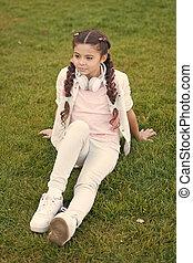 genieten, schattig, hairstyle, happy., moderne, meisje, outdoors., wat, vlechten, achtergrond., vrolijke , relaxen, kind, verheffing, geitje, gezonde , headphones, relax., geheimen, groene, emotioneel, gras, maakt