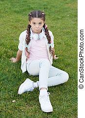 genieten, schattig, hairstyle, happy., moderne, meisje, wat, vlechten, achtergrond., verheffing, vrolijke , relaxen, kind, child., geitje, geheimen, headphones, relax., gezonde , groene, buitenshuis, emotioneel, gras, maakt