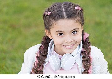 genieten, schattig, hairstyle, happy., moderne, outdoors., meisje, wat, vlechten, verheffing, vrolijke , relaxen, achtergrond, kind, child., geitje, gezonde , headphones, relax., geheimen, groene, emotioneel, gras, maakt