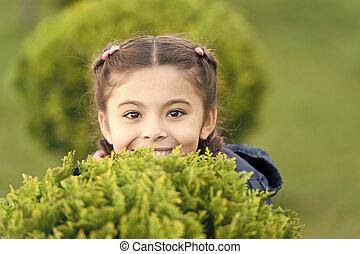 genieten, schattig, hairstyle, happy., outdoors., fun., zoeken, meisje, wat, verbergen, vlechten, achtergrond., het verbergen, vrolijke , relaxen, spel, kind, geitje, gezonde , relax., groene, buitenshuis, het glimlachen, emotioneel, gras, maakt