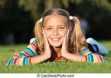 genieten, schattig, hairstyle, happy., vrolijk, hebben, schoolgirl, meisje, fun., outdoors., wat, glimlachen gelukkig, relaxen, grass., kind, ponytails, geitje, gezonde , het leggen, relax., groene, pupil., emotioneel, maakt