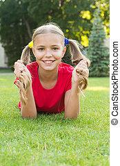 genieten, schattig, hairstyle, happy., vrolijk, schoolgirl., hebben, het glimlachen, fun., meisje, wat, vrolijke , relaxen, grass., kind, ponytails, outdoors., geitje, gezonde , het leggen, relax., groene, pupil, emotioneel, maakt