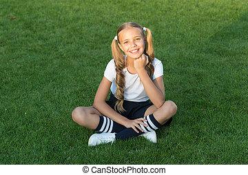 genieten, schattig, hairstyle, vrolijk, schoolgirl., hebben, meisje, fun., outdoors., wat, zetten, glimlachen gelukkig, relaxen, grass., kind, ponytails, geitje, gezonde , relax., groene, pupil., emotioneel, maakt