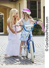 genitore, &, madre, bicicletta, bambino, sentiero per cavalcate, ragazza