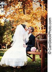genoux, baisers, magnifique, mariée, groom's, assied, robe, lui