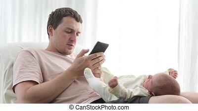 genoux, délassant, téléphone, bébé, utilisation, homme