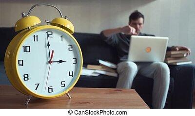 genoux, sien, séance, ordinateur portable, jeune, divan, livre, maison, lecture, homme