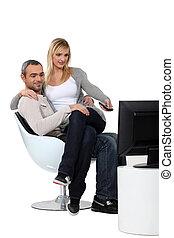genoux, tã©lã©viseur, femme, elle, séance, regarder, petit ami